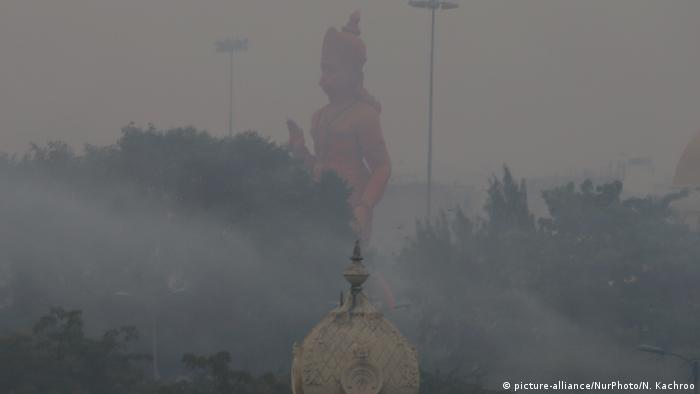 Temples and buildings shrouded in thick smog in New Delhi, India (picture-alliance/NurPhoto/N. Kachroo)