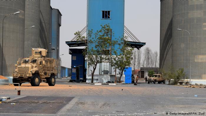 Yemeni government troops near the port of Hodeida