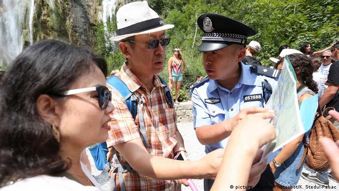 Kroatien Chinesische Touristen und Polizist aus China (picture-alliance/Photoshot/K. Stedul-Fabac)