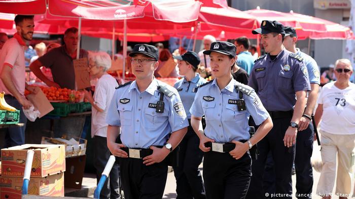 Kroatien Chinesische und kroatische Polizisten (picture-alliance/Xinhua/G. Stanzl)