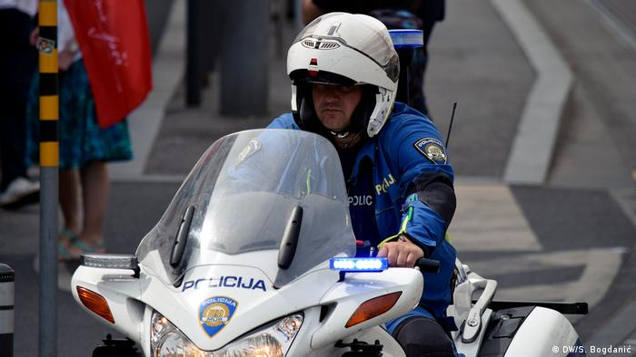 Croatian police officer on a motorcycle (DW/S. Bogdanić)