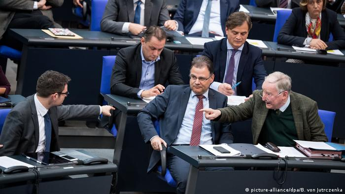 German MPs pointing fingers at each other in a heated debate (picture-alliance/dpa/B. von Jutrczenka)