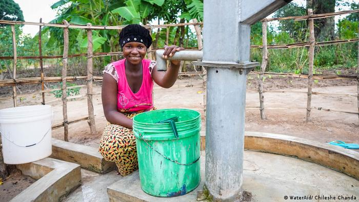 DW eco@africa - Woman at water pump in Mozambique