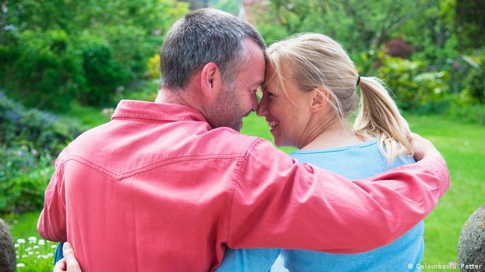Symbolbild: Jemanden riechen können / Fehlender Geruchssinn bei Frau und Mann