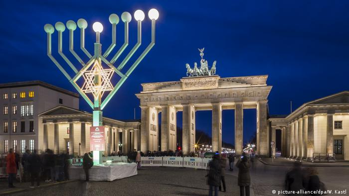 Brandenburg gate in Berlin with a menorah in front of it (picture-alliance/dpa/W. Kastl)