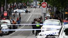 09.11.2018, Australien, Melbourne: Rettungskräfte sind in der Swanston Street im Einsatz. Bei einem Messerangriff in der Innenstadt ist mindestens ein Mensch getötet worden. Der mutmaßliche Täter wurde von der Polizei niedergeschossen und nach Angaben der Polizei in «kritischem Zustand» in ein Krankenhaus gebracht. Foto: James Ross/AAP/dpa +++ dpa-Bildfunk +++  