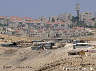 The Israeli settlement Ma'ale Adumim stands over a bedouin camp in the Judean Desert outside Jerusalem, West Bank, June 17, 2008. U.S. Secretary of State Condoleezza Rice said that Israel is hurting the peace talks with the Palestinians by planning to build thousands of homes in Jewish neighborhoods in East Jerusalem. Foto: UPI Photo /Landov +++(c) dpa - Report+++