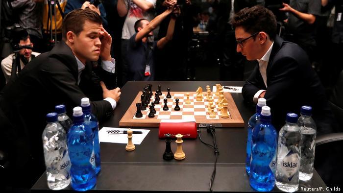 Großbritannien London Schach Weltmeisterschaft 2018 - Magnus Carlsen vs Fabiano Caruana (Reuters/P. Childs)