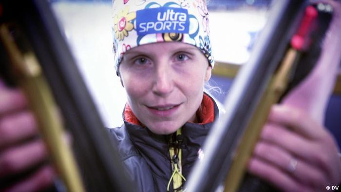 Eisschnellläuferin Bente Pflug hält ihre beiden Rennschlittschuhe in die Kamera.