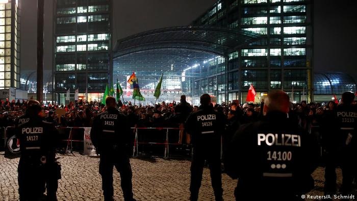 Counter-protesters against a right-wing rally in Berlin (Reuters/A. Schmidt)