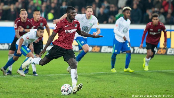 Fußball Bundesliga 10. Spieltag | Hannover 96 vs VfL Wolfsburg | 2:0 (picture-alliance/dpa/S. Pförtner)