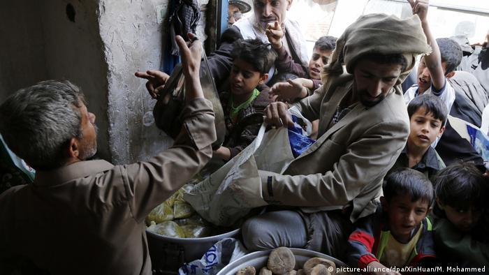 Jemen | Lebensmittelausgabe (picture-alliance/dpa/XinHuan/M. Mohammed)