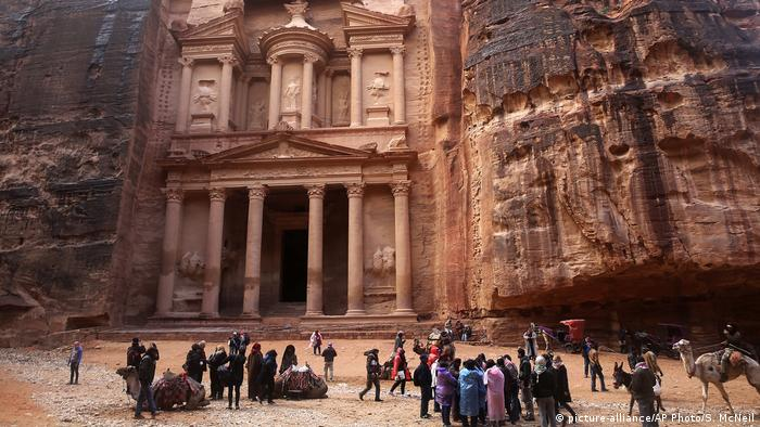 Jordan's most famous archaeological monument leftover from the Nabatean civilization in the kingdom's Petra archaeological park. (picture-alliance/AP Photo/S. McNeil)