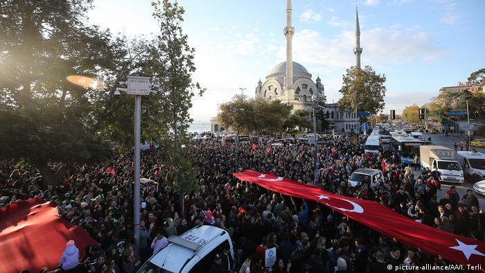 Türk bayrağı taşıyan binlerce İstanbullu, Atatürk'ün öldüğü Dolma Bahçe Sarayı'na doğru yürüyor