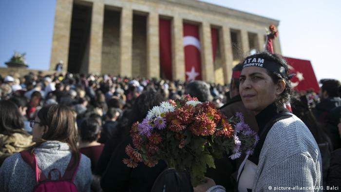 Resmi törenin ardından halkın ziyaretine açılan Anıtkabir'e binlerce insan gitti