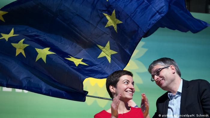 Ska Keller und Sven Giegold unter einer Europa-Flagge