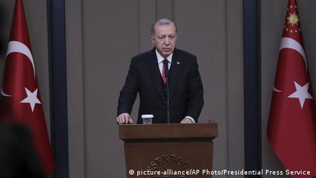 Turkish President Recep Tayyip Erdogan addresses media at Ankara airport (picture-alliance/AP Photo/Presidential Press Service )
