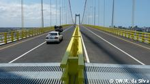 Cars drive over the newly-built structure, with its bright yellow barriers (DW/R. da Silva)