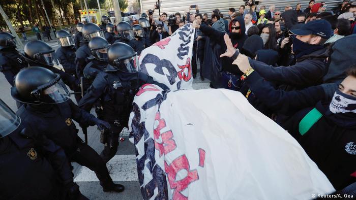 Disturbios en Barcelona entre los mozos de escuadra y el Comité para la Defensa de la República (CDR). (2018).
