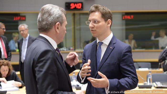 Belgien EU-Minister von Rumänien Victor Negrescu und EU-Kommissar für Haushalt Günther Oettinger (Foto: picture-alliance/ZUMAPRESS.com/W. Dabkowski )