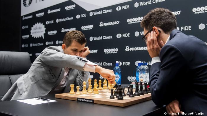 Magnus Carlsen beim Schachspielen bei der Schach-WM in London 2018. (Imago/Bildbyran/F. Varfjell)