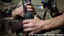 A close up of a walkie-talkie held by a Ukrainian soldier near Luhansk (Imago/ZUMA Press/O. Rupeta)