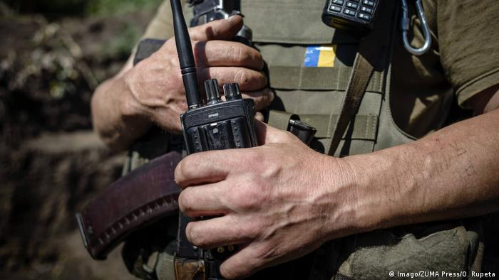 A Ukrainian soldier holds a rifle on the front line in Donbass (Imago/ZUMA Press/O. Rupeta)