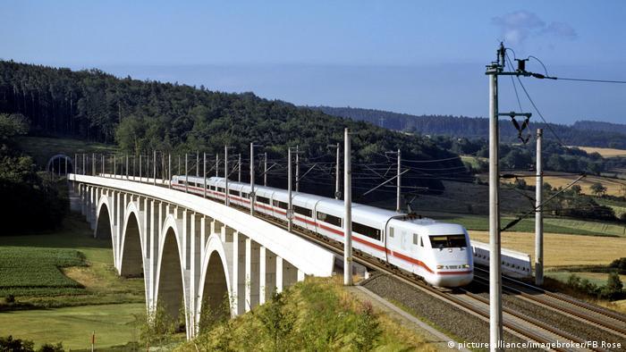 Die ICE-Strecke Hannover-Würzberg in Höhe von Kirchheim in Hessen (Foto: picture-alliance/imagebroker/FB Rose)