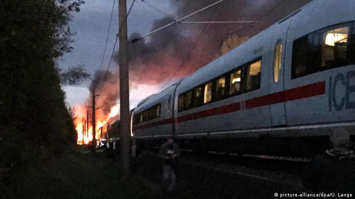 Fast ein Sinnbild für die Bahn-Misere: Im Oktober geriet ein ICE-Waggon auf der Hochgeschwindigkeitsstrecke zwischen Köln und Frankfurt am Main - in der Nähe von Montabaur - in Brand (Foto: picture-alliance/dpa/U. Lange)