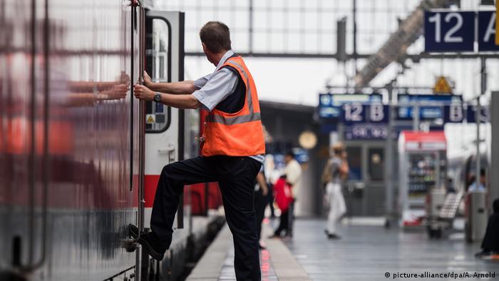 Deutsche Bahn Bahnmitarbeiter im Hauptbahnhof