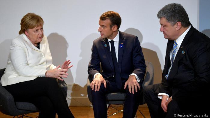 Анґела Меркель (л) та Еммануель Макрон (ц) під час зустрічі з Петром Порошенком