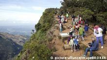 Touristen am Aussichtspunkt von World 's End, Horton Plains National-Park, UNESCO Weltnaturerbe, Zentralprovinz, Sri Lanka, Asien   Verwendung weltweit, Keine Weitergabe an Wiederverkäufer.