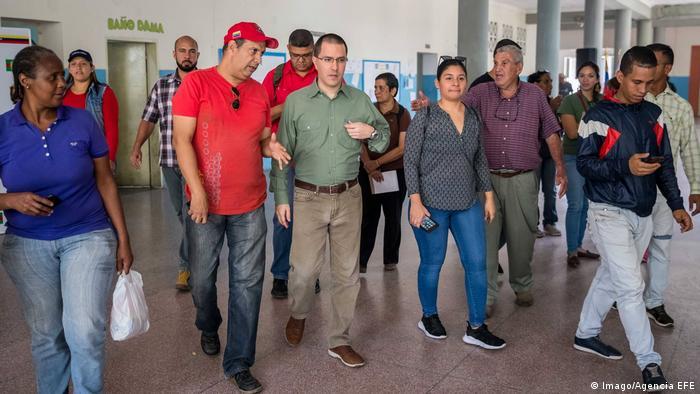 Caracas Jorge Arreaza Besuch Wahllokal (Imago/Agencia EFE)