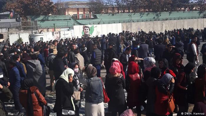 Al menos 3 personas murieron y otras 8 resultaron heridas en una explosión hoy en Kabul que tuvo lugar cerca de una concentración de protesta de cientos de miembros de la minoría chií hazara. (12.11.2018