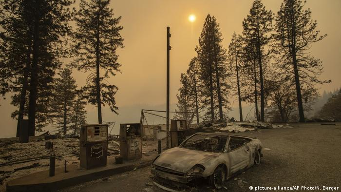 A scorched car rests by gas pumps near Pulga, California (picture-alliance/AP Photo/N. Berger)