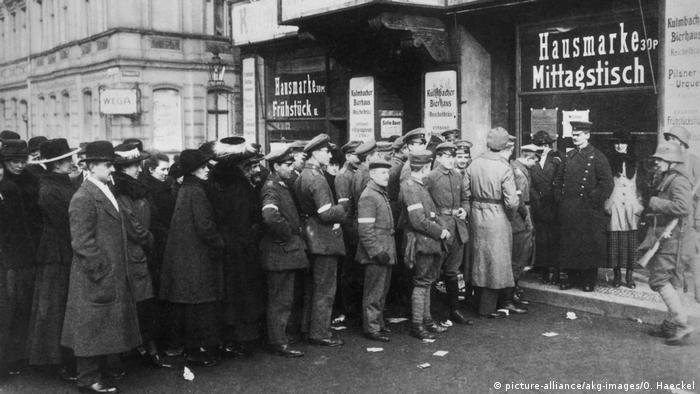 Historisches Bild: Lange Schlange vor Wahllokal (Foto: picture-alliance)
