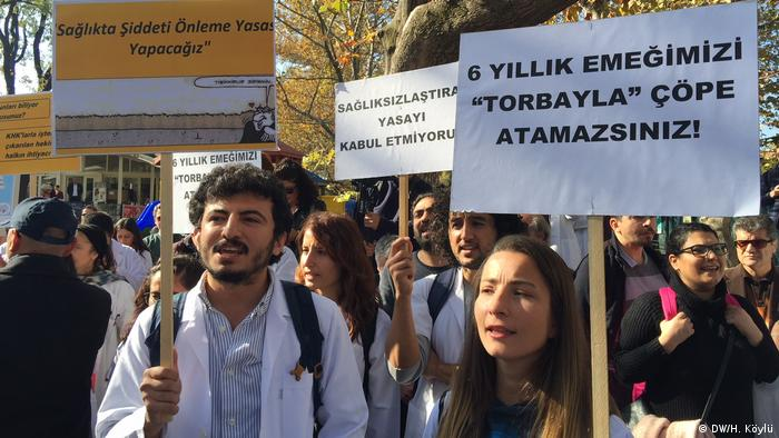 Doktorlar dün Ankara'da eylem düzenledi
