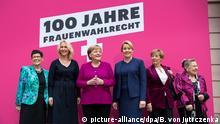 12.11.2018, Berlin: Bundeskanzlerin Angela Merkel (3.v.l, CDU) steht bei einem Fototermin vor dem Festakt zu 100 Jahre Frauenwahlrecht im Deutschen Historischen Museum mit Rita Süssmuth (CDU, l-r), der ehemaligen Bundestagspräsidentin, Manuela Schwesig (SPD), Ministerpräsidentin von Mecklenburg-Vorpommern, Franziska Giffey (SPD), Bundesfamilienministerin, Sabine Begrmann-Pohl (CDU), ehemailge Bundesministerin, und Ursula Lehr (SPD), ehemalige Bundesministerin, zusammen. Foto: Bernd von Jutrczenka/dpa | Verwendung weltweit