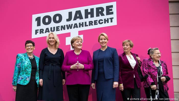 Merkel com outras políticas em evento pelo centenário da conquista do direito ao voto