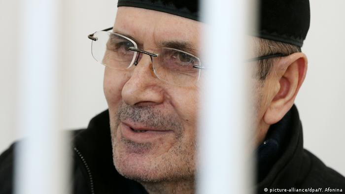 Oyub Titiev behind bars (picture-alliance/dpa/Y. Afonina)