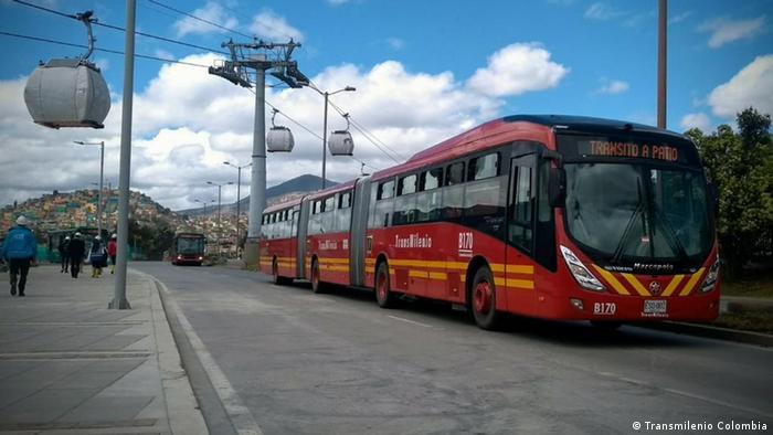 Un autobús del sistema Transmilenio en una calle de Bogotá