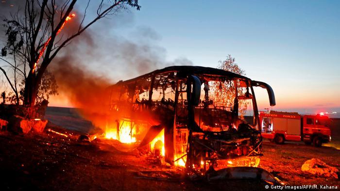Gazastreifen Raketenangriffe brennender Bus