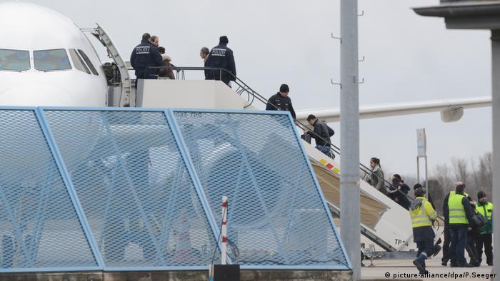 Abschiebung abgelehnter Asylbewerber (picture-alliance/dpa/P.Seeger)