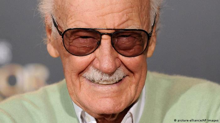 Stan Lee smiles into the camera (picture-alliance/AP Images)