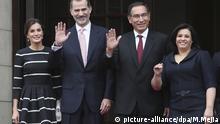12.11.2018, Peru, Lima: Spaniens König Felipe VI. (2.v.l.) und seine Frau Letizia (l) werden im peruanischen Regierungspalast von Martin Vizcarra (2.v.r.), Präsident von Peru, und seiner Frau Maribel Diaz (r) empfangen. Das Königspaar ist zu einem dreitägigen offiziellen Besuch in Lima. Foto: Martin Mejia/AP/dpa +++ dpa-Bildfunk +++ |