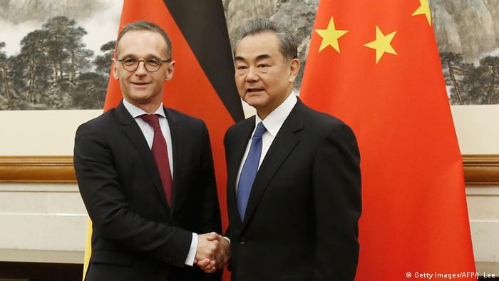 Der chinesische Außenminister Wang Yi begrüßt seinen deutschen Kollegen