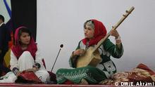 Afghanistan Bamiyan - Trotz strenger konvervatiger Richtlinien lernen einige junge Afghaninnen traditionelle Musikinstrumente