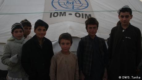 Afghanistan Kabul - Wegen Krieg und Dürre umgesiedelte Familen (DW/S. Tanha)