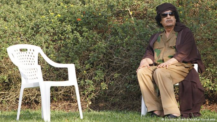 Muammar Gadaffi sitting on a plastic chair (picture alliance/dpaDai Kurokawa)