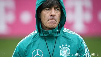Bundestrainer Joachim Löw beim Training der deutschen Nationalmannschaft in Leipzig (picture-alliance/M. Gilliar)